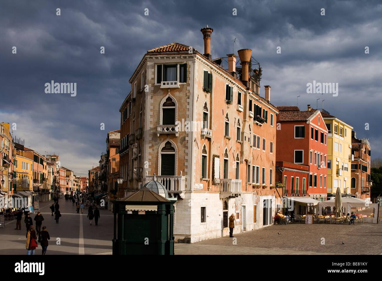 Vista dal ponte de la Veneta Marina in Via Garibaldi, sulla sinistra, e Riva Sette Martiri, sulla destra, Venezia, Immagini Stock