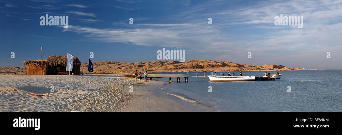 Panorama, spiaggia Mahmya, persone, barche, capanna, jetty, Isola Giftun, Hurghada, Egitto, Africa, Mar Rosso Immagini Stock