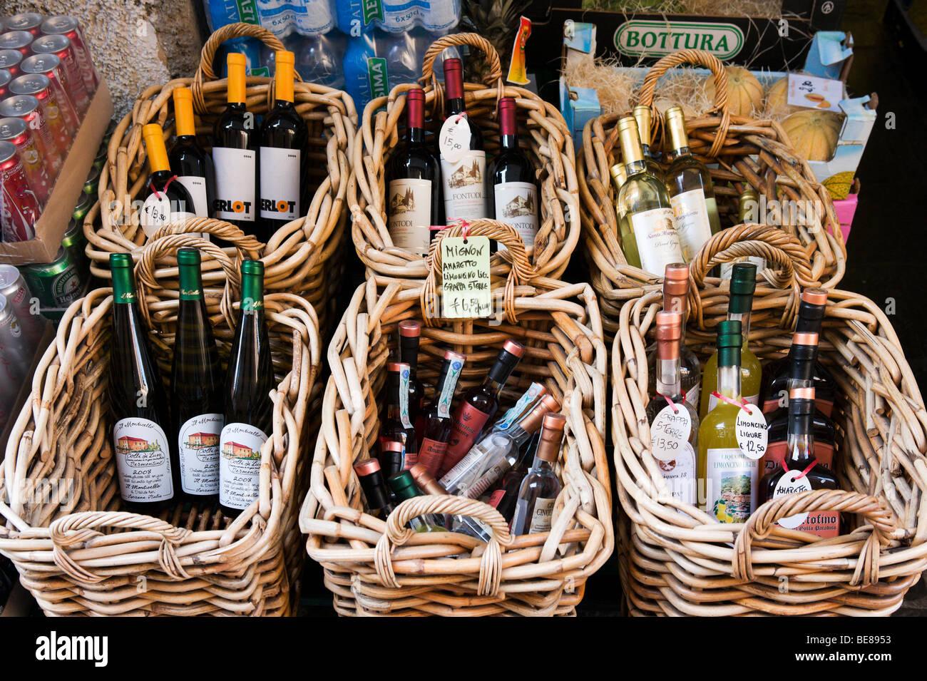 Bottiglie di vino locale e liquori in vendita a Portofino, Golfo del Tigullio, Riviera Ligure, Liguria, Italia Immagini Stock