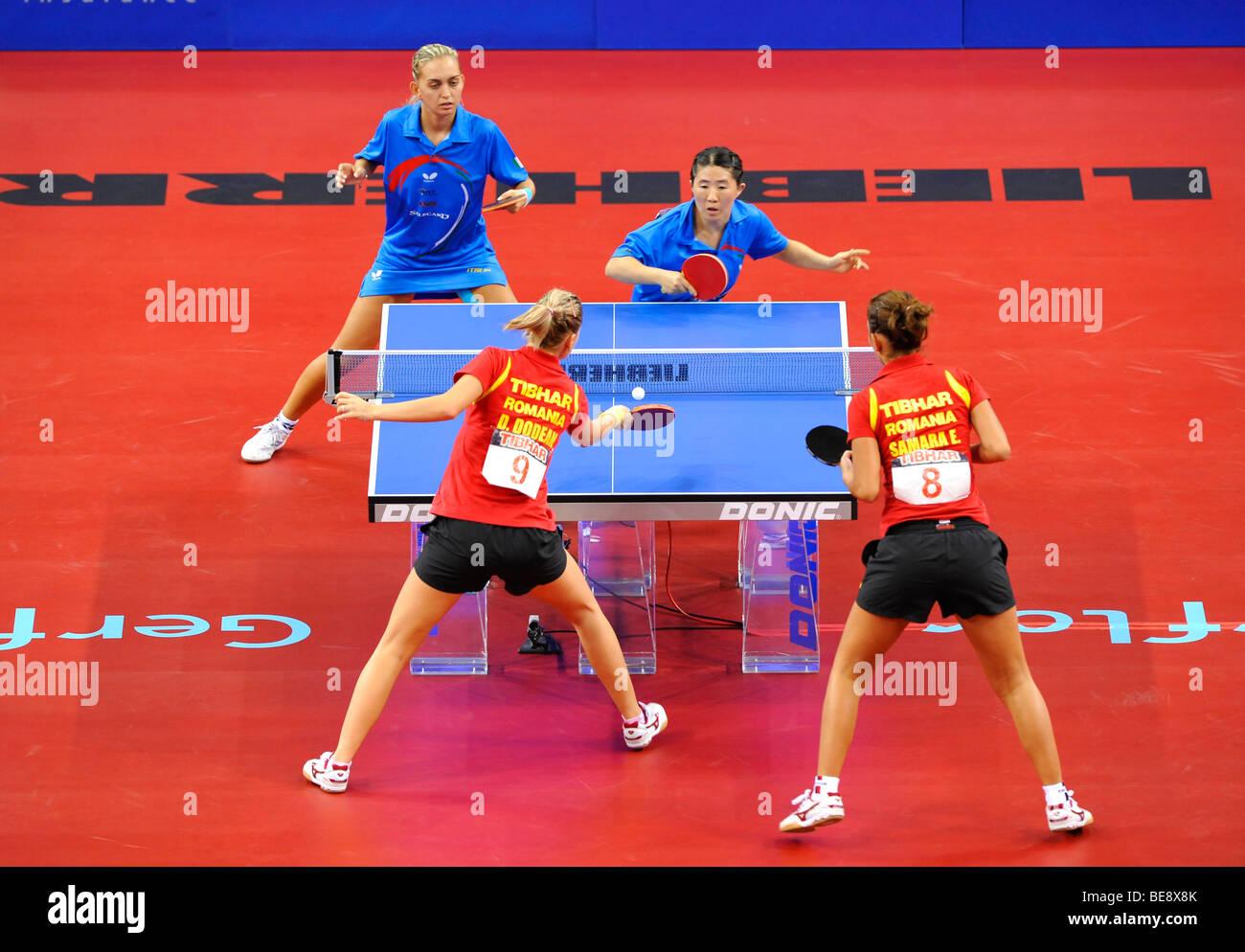 Elizabeta Samara e Daniela Dodean, Romania, vs. Nikoleta STEFANOVA e TAN Wenling, Italia, ping pong EM 2009, Porsche Immagini Stock