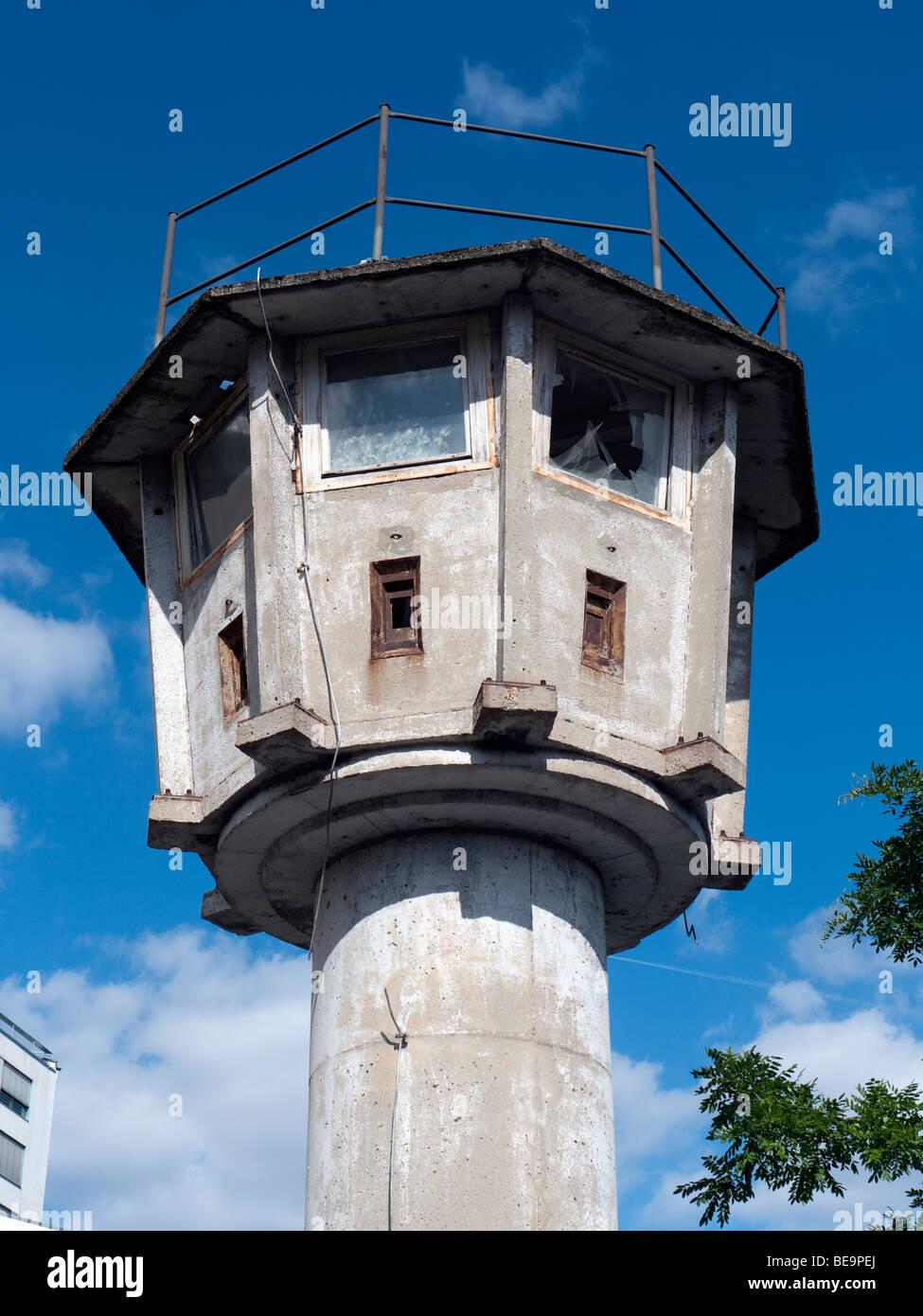 Originale di protezione rimanente torre di avvistamento da ex muro di Berlino vicino a Potsdamer Platz di Berlino Immagini Stock