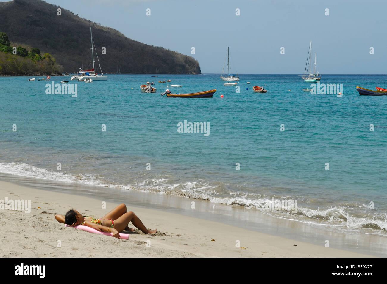Tuffi nuotate e bagni di sole in piscine storiche svizzere swi