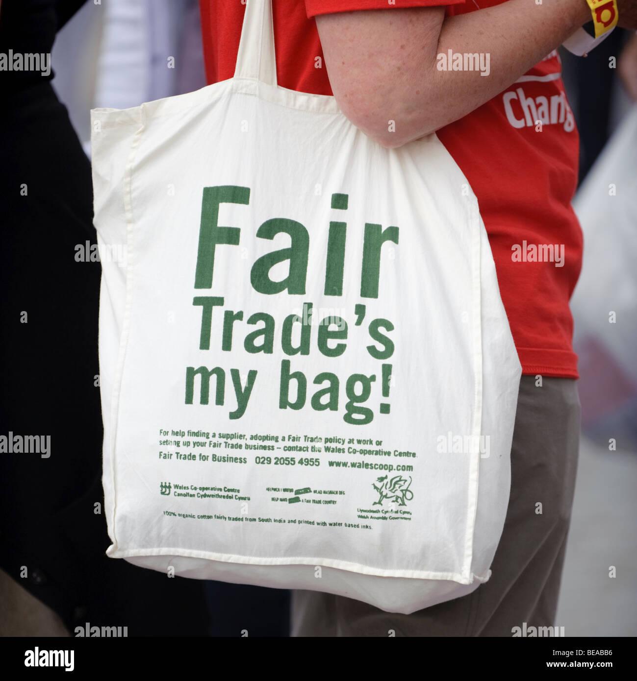 Una donna con il commercio equo e solidale borsa di tela a Abergavenny food festival, Monmouthshire South Wales Immagini Stock