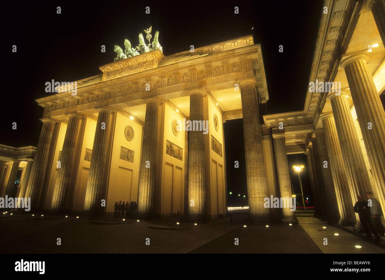 La Porta di Brandeburgo a Berlino la notte, Germania Foto Stock