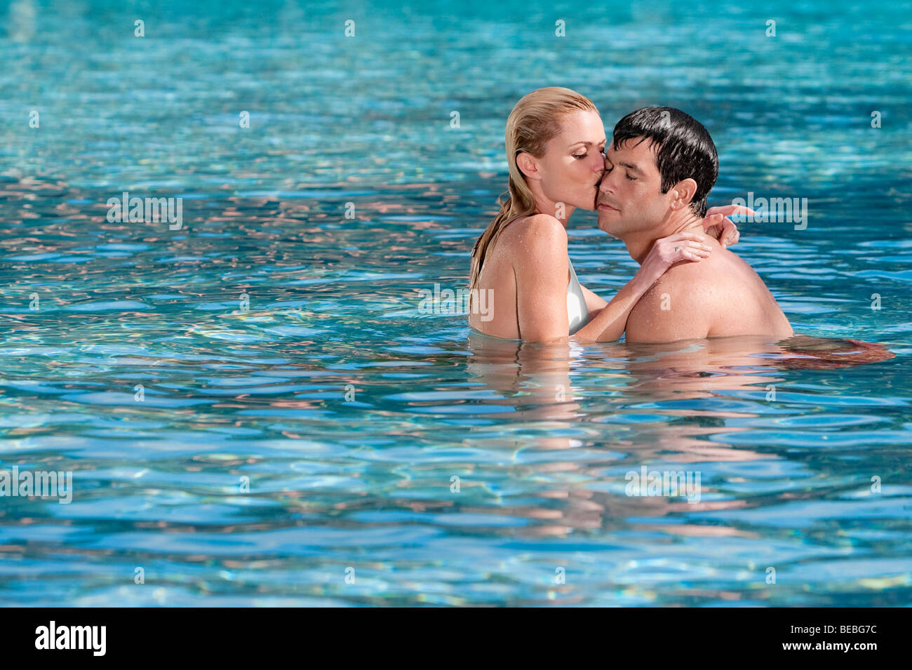 Giovane romancing in una piscina, Biltmore Hotel Coral Gables, Florida, Stati Uniti d'America Foto Stock