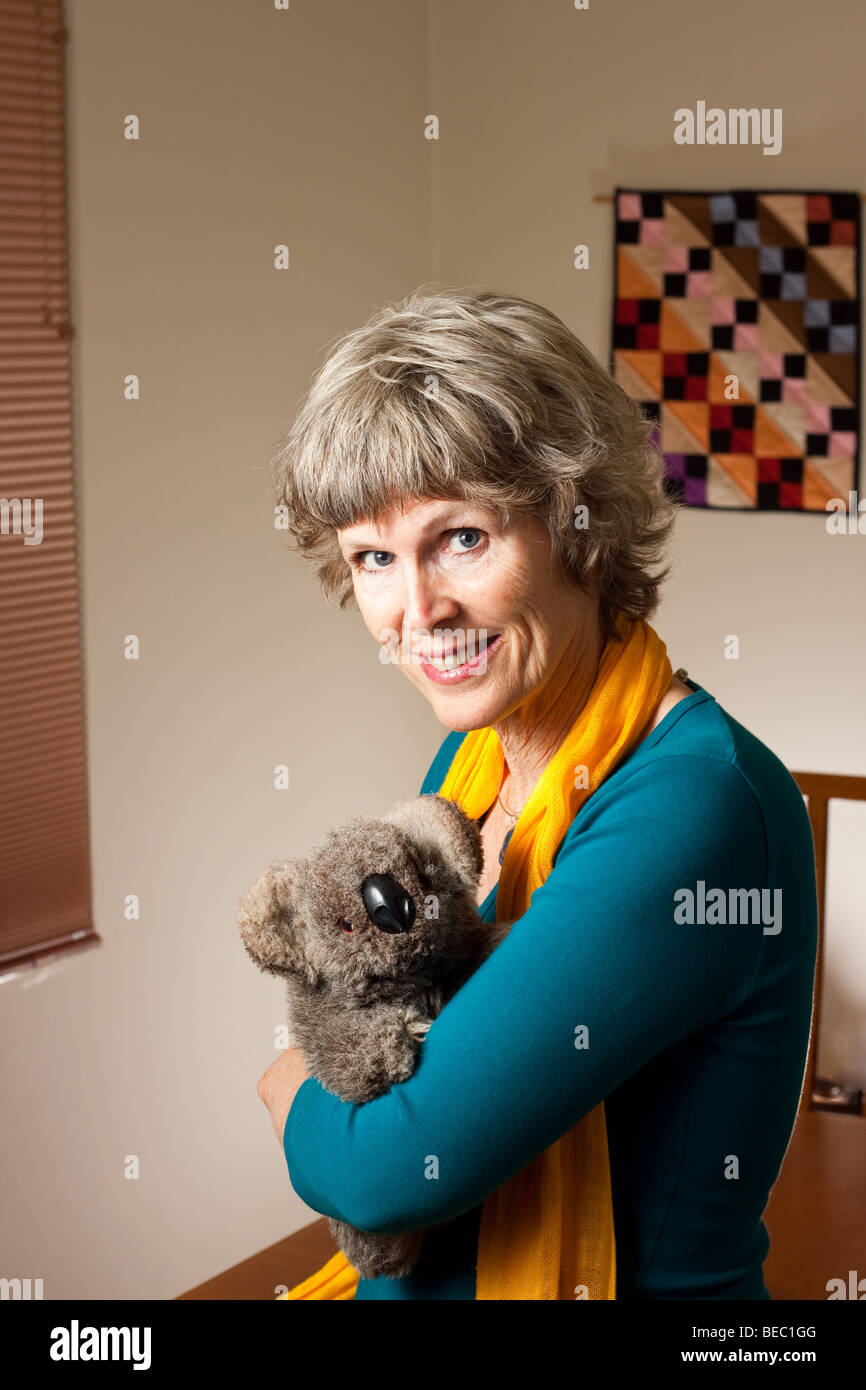 Signora matura con un Koala imbalsamati bear toy Immagini Stock