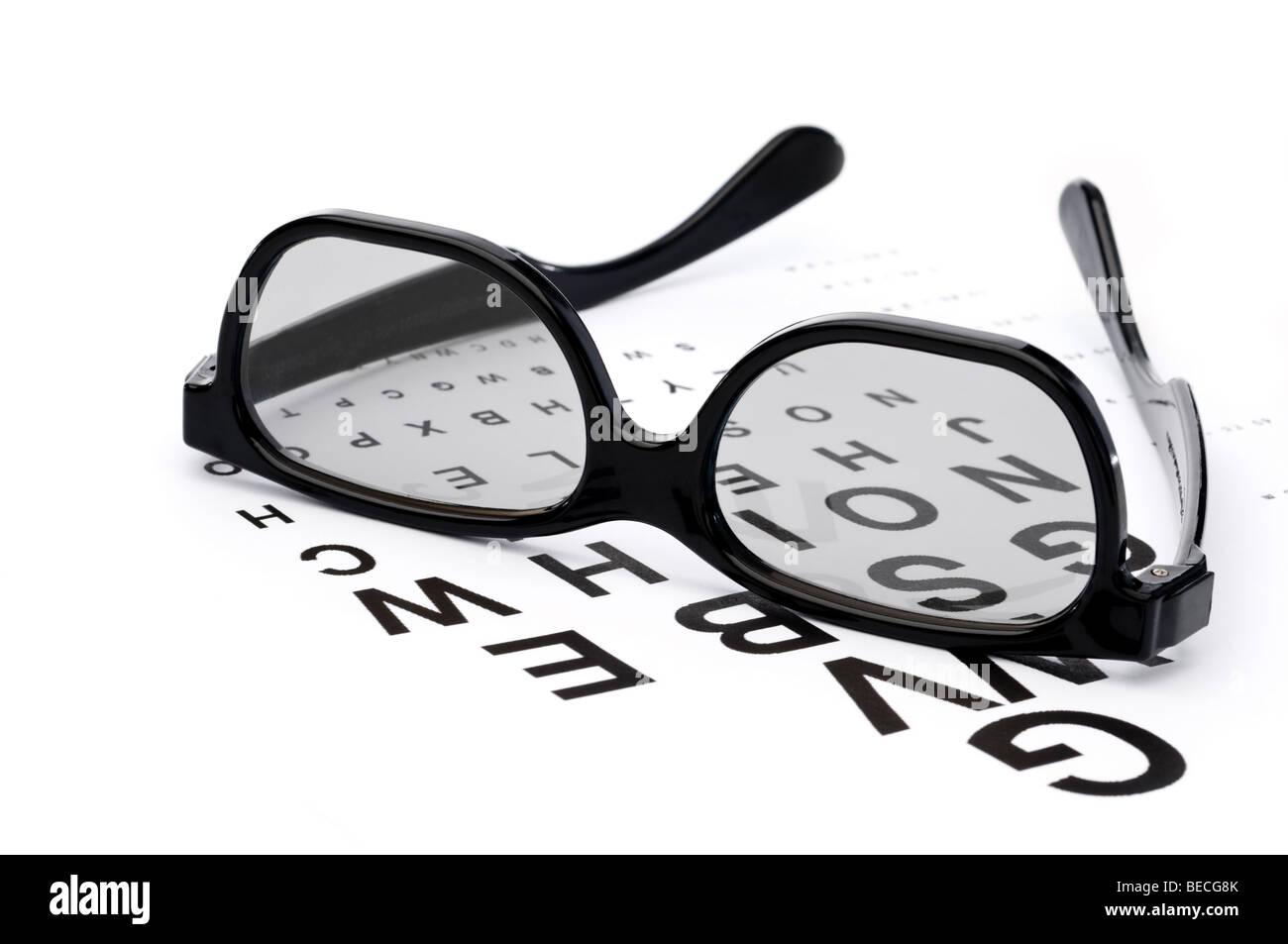 L'immagine orizzontale di occhiali su un esame della vista tabella Immagini Stock