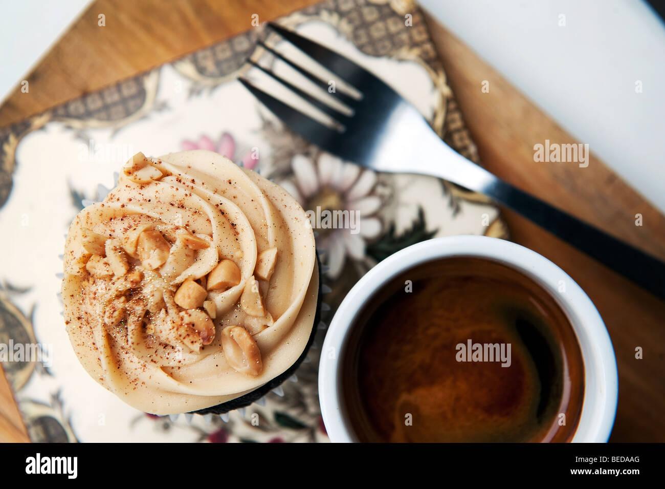 Un burro di arachidi Cup cake e caffè espresso nel cuore di Buchanan e deli cafe su Byres Road nel West End Immagini Stock