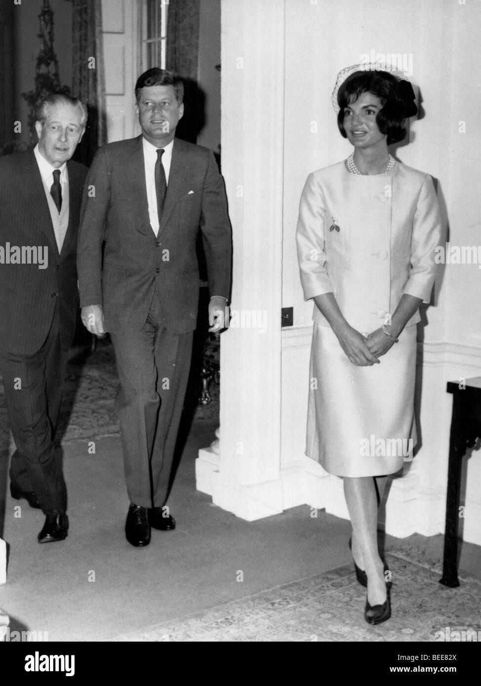 Il presidente statunitense John F Kennedy, e la First Lady Jaqueline durante una visita a Londra per il battesimo del loro nipote nel 1961. Foto Stock