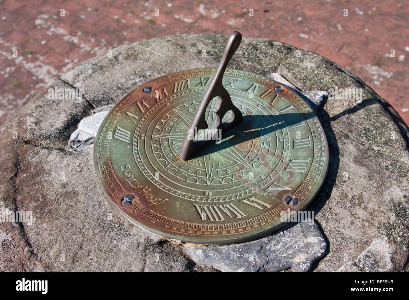 Sagrato meridiana che mostra 2 ore nel villaggio di Framfield nel Sussex, Inghilterra. 'Sunny ore' è Immagini Stock