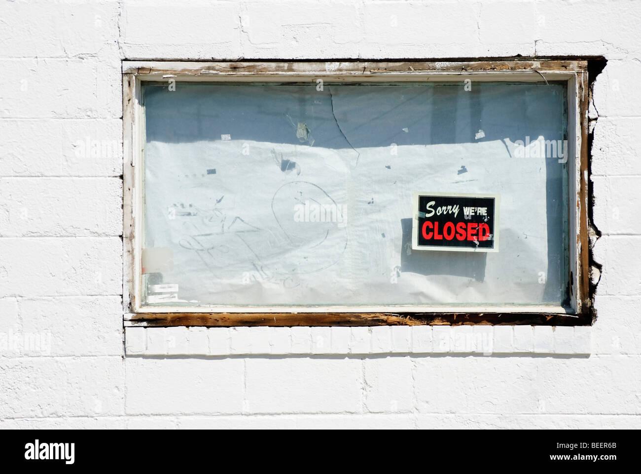 """Imbarcati su finestra bianca del fallimento del business con """"Spiacente Siamo chiusi' firmare Immagini Stock"""