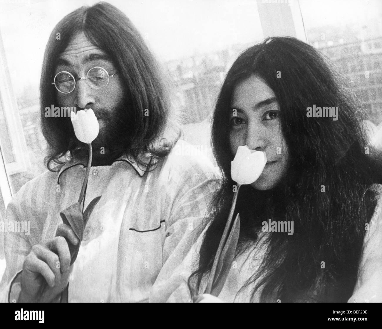 Fiori Yoko Ono.Beatle John Lennon E Yoko Ono Sentire Il Profumo Dei Fiori Foto