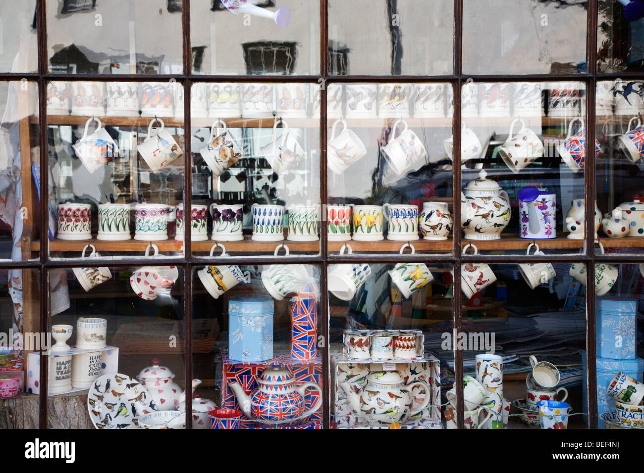 Tazze da tè e pentole in una vetrina di Nayland Suffolk in Inghilterra Immagini Stock