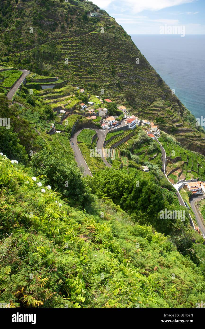 Le ripide strade che conducono in basso verso il villaggio di Porto Moniz sulla costa di Madeira. Immagini Stock