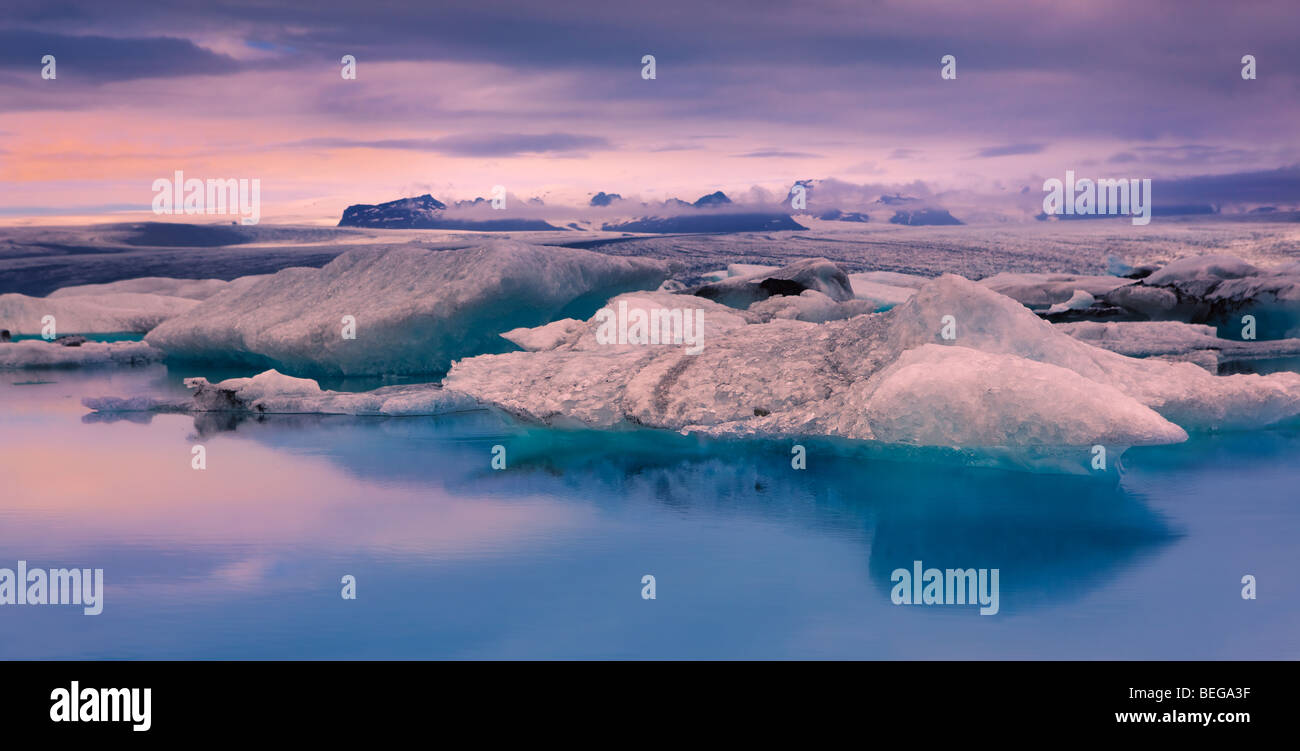 Sunrise a Jokulsarlon lago glaciale, Islanda Immagini Stock
