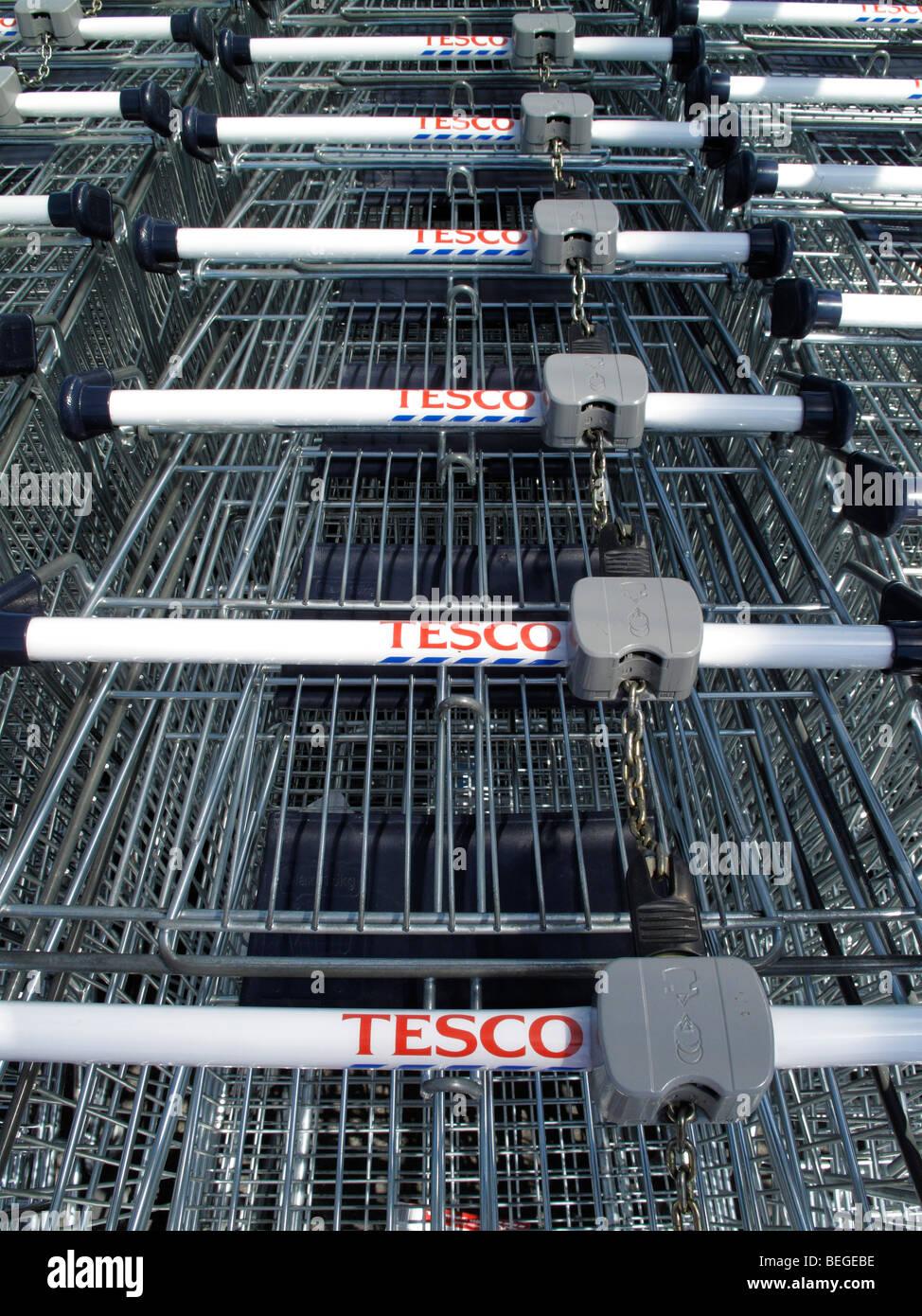 Carrelli di shopping o carrelli per un supermercato Tesco Immagini Stock