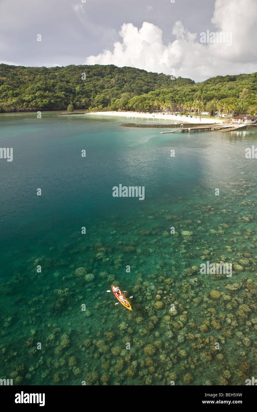 Kayaker di esplorare le barriere coralline, Micronesia, Palau Immagini Stock