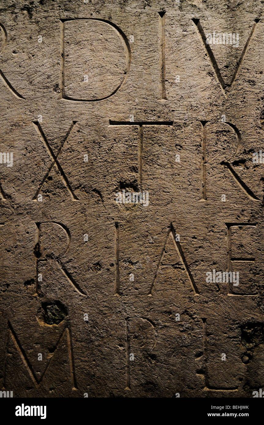 Inscriptional capitelli e tradizionale tipografia romana. Colosseo, Roma, Italia. Immagini Stock