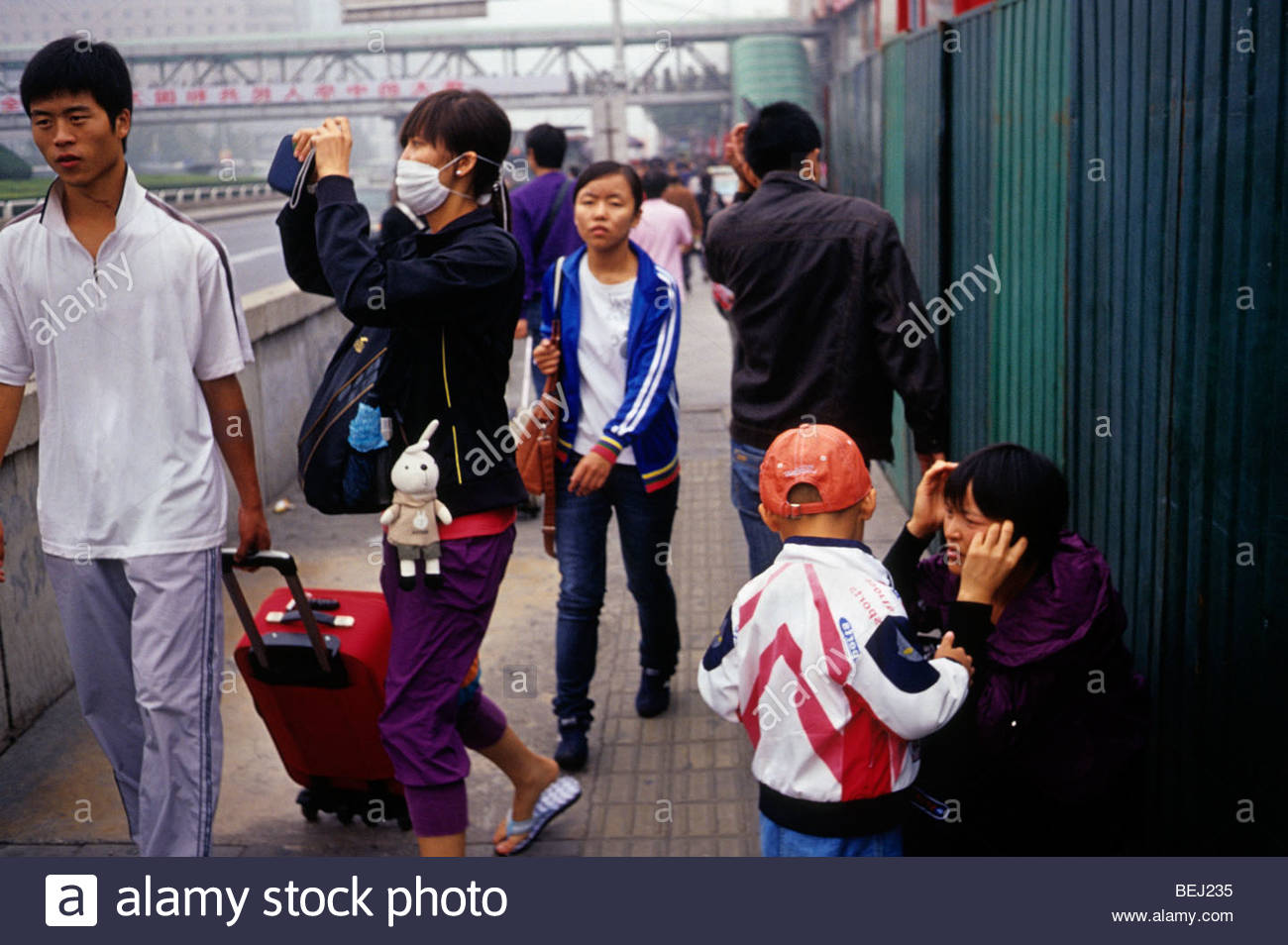 Una giovane donna indossa maschera di protezione contro il forte inquinamento a Pechino in Cina. 30-set-2009 Immagini Stock