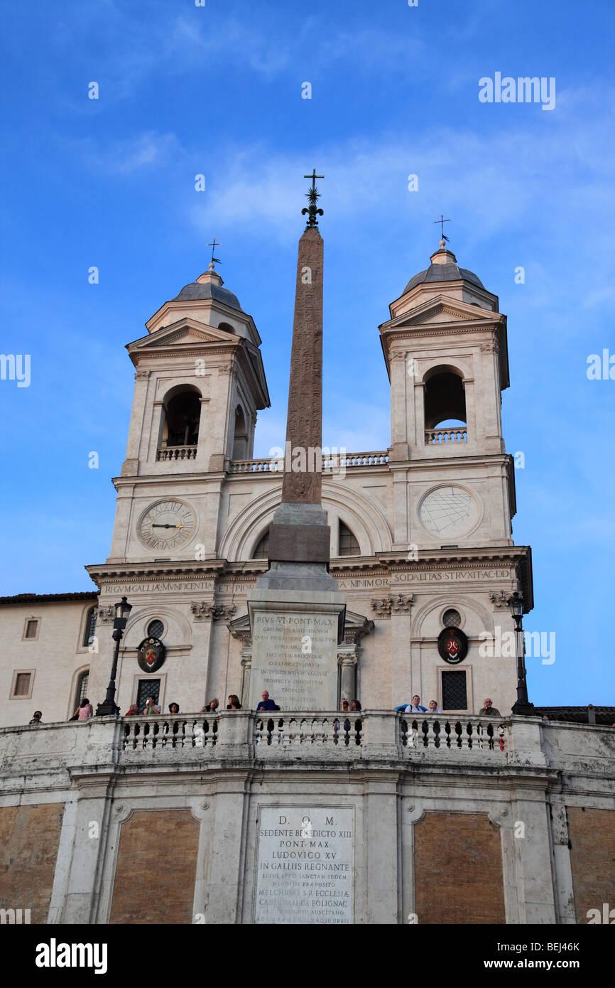 La Trinita dei Monti sopra la scalinata di Piazza di Spagna a Roma Immagini Stock