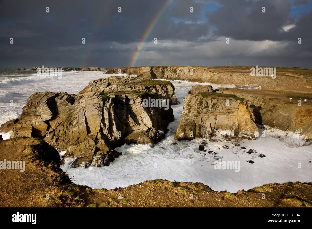 Rainbow durante la tempesta in mare, Côte Sauvage, Quiberon, Bretagna Francia Immagini Stock