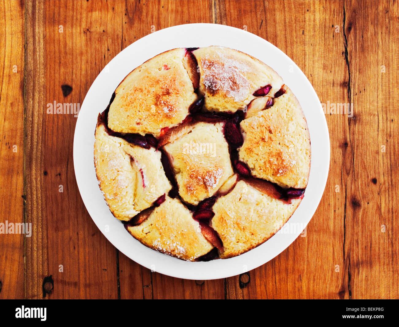 Austrian canederlo di pane con frutta sulla tavola in legno rustico Foto Stock