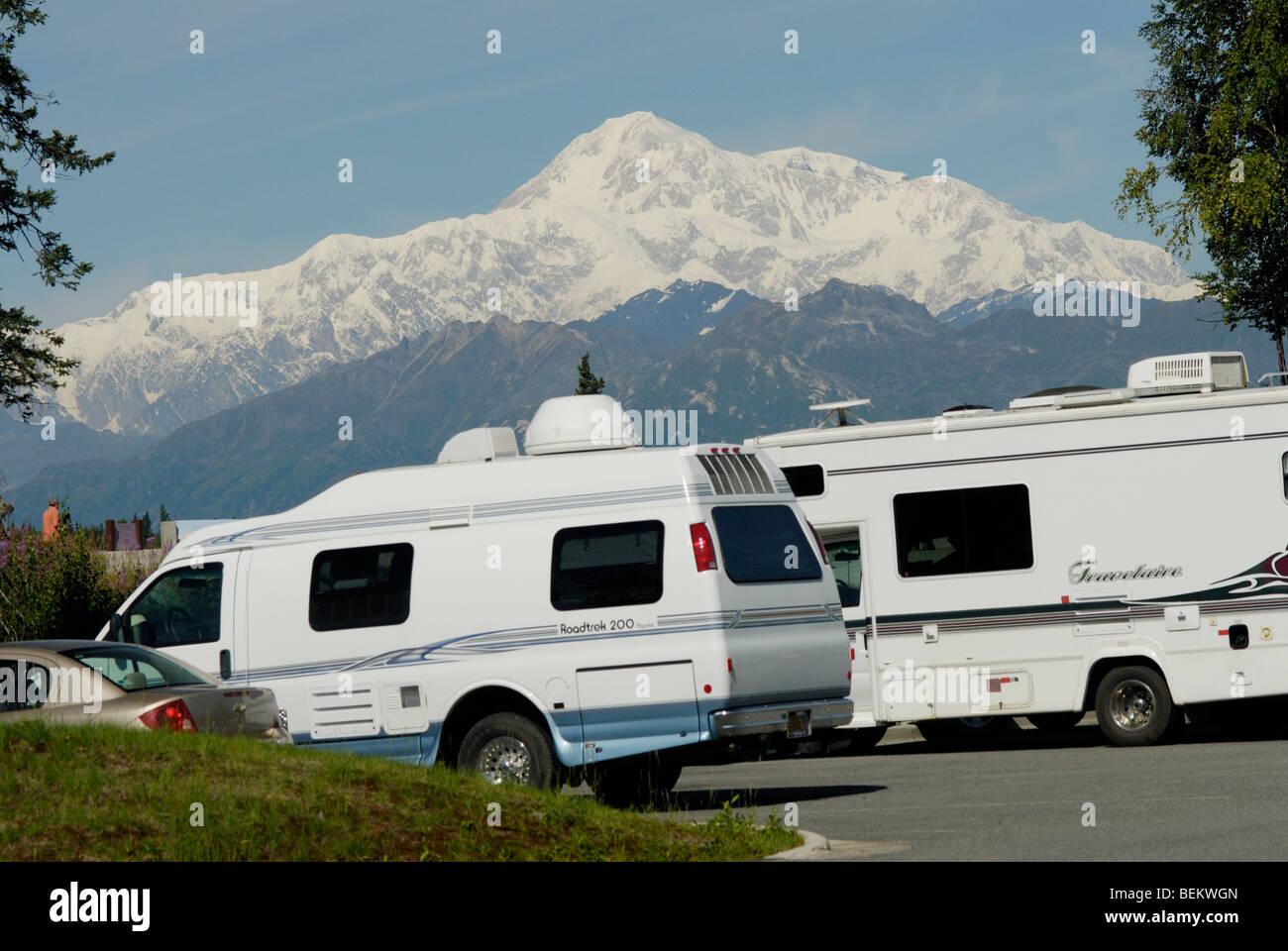 Mt McKinley a nord e a sud di picchi visti da George Parks Highway, con vacanziere veicoli ricreativi in una sosta/vie Immagini Stock