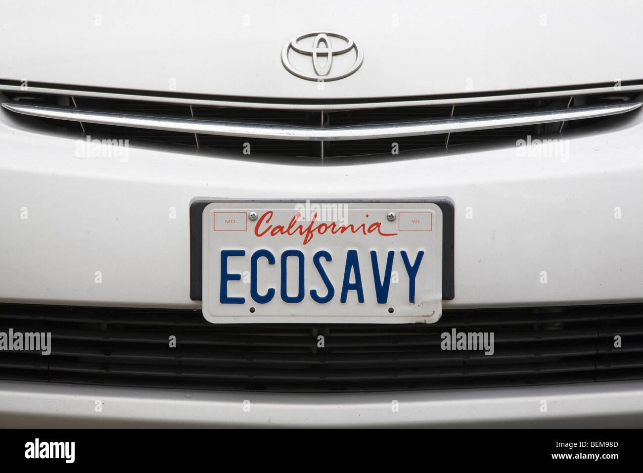Una chiusura di un 'ECOSAVY' (Eco Savvy) la targa su Toyota Prius ibrida. Millbrae, California, Stati Uniti Immagini Stock