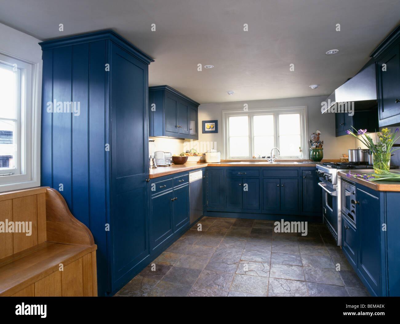 Pavimenti in piastrelle di ardesia in cucina di paese con montati