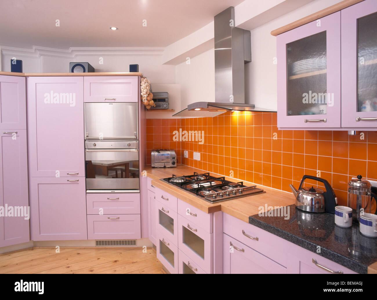 Malva unità montata in cucina moderna con orange piastrelle a muro ...