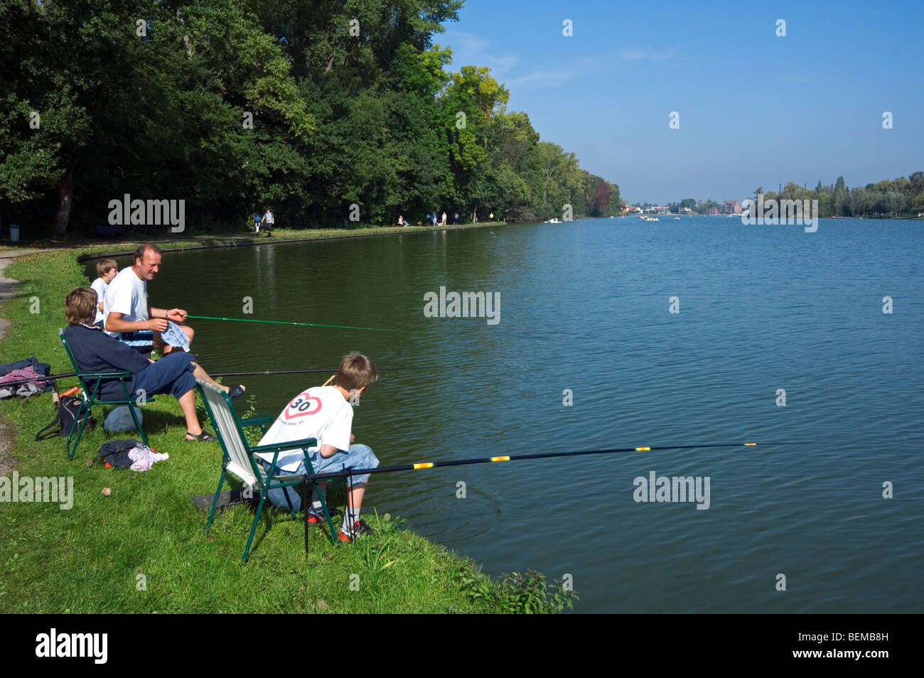 Famiglia, padre e figli con canne da pesca pesca sportiva nel lago Donkmeer, Fiandre Orientali, Belgio Immagini Stock