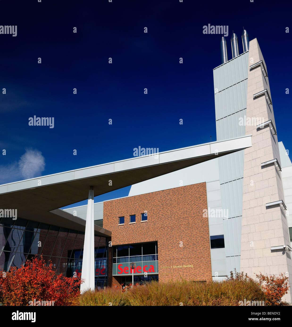 Architettura moderna a seneca college york university stephen e quinlan edificio con cielo blu in autunno Immagini Stock