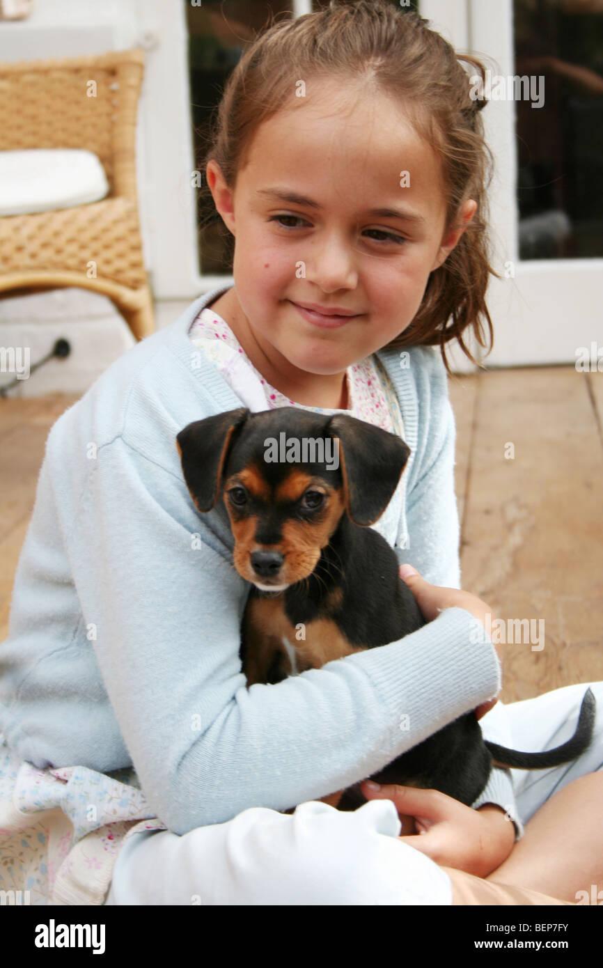 Ragazza con un cucciolo di trasmissione via IR con amore Foto Stock