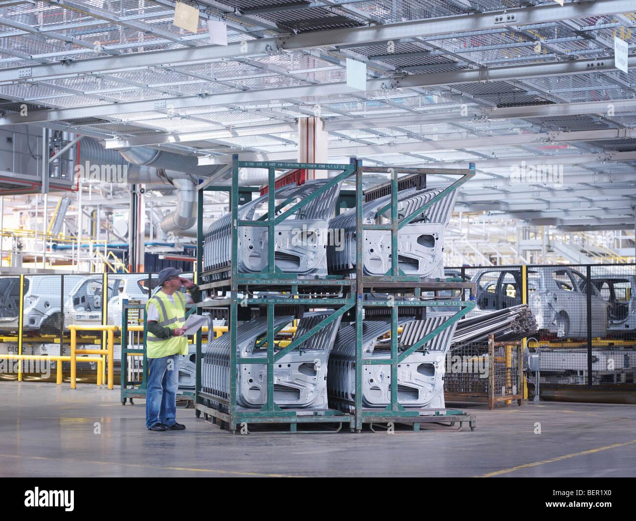 Impianto auto lavoratore con porte della macchina Immagini Stock