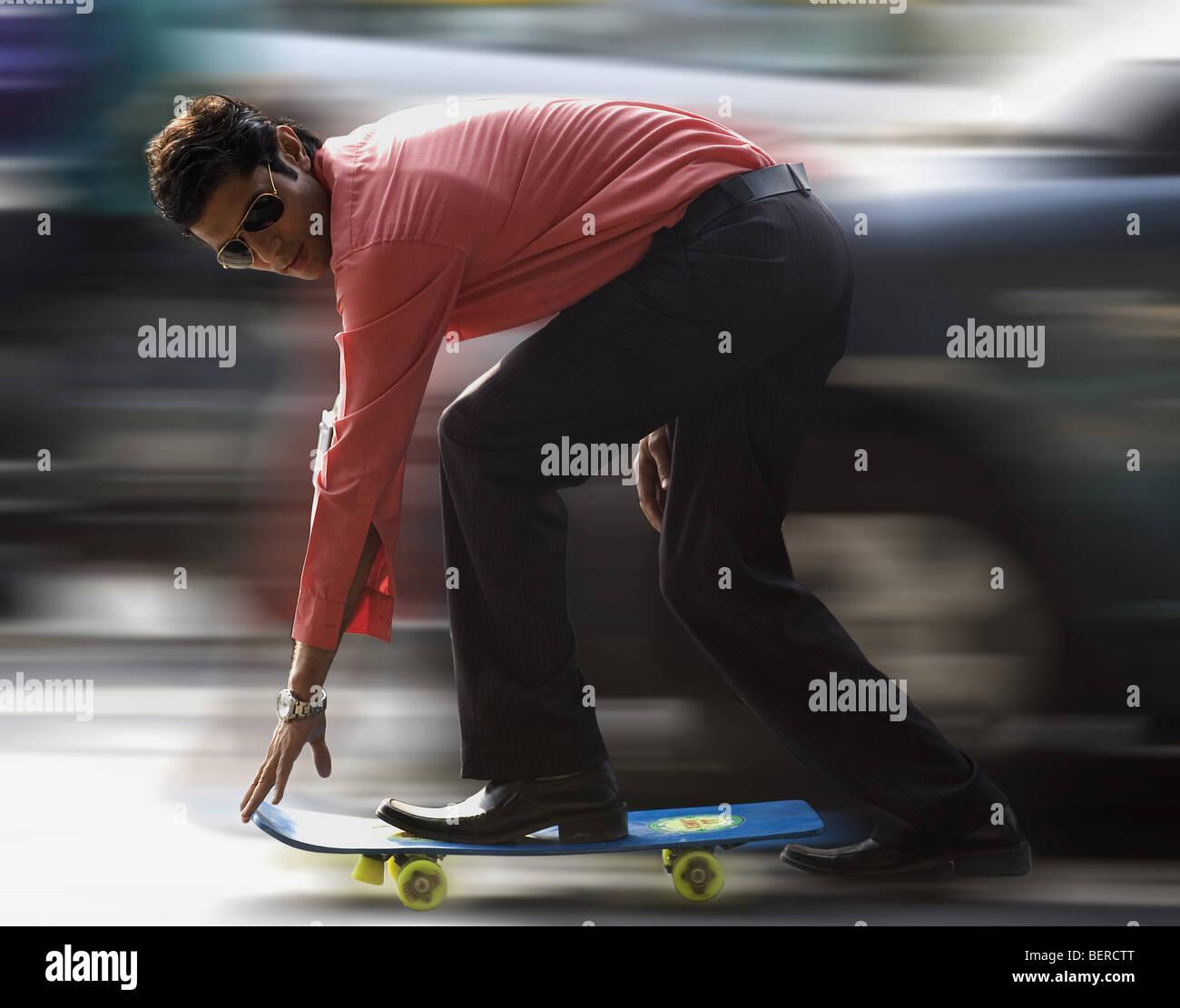 L'uomo su uno skateboard Immagini Stock