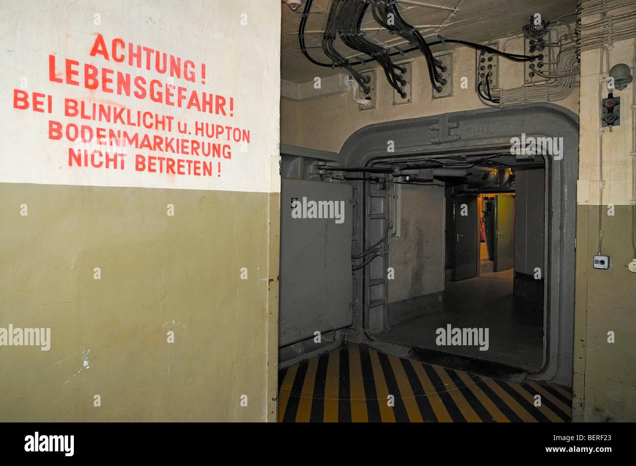 Avviso nella parte anteriore della porta in acciaio in ex Ovest governo tedesco bunker nucleari ad Ahrweiler Immagini Stock