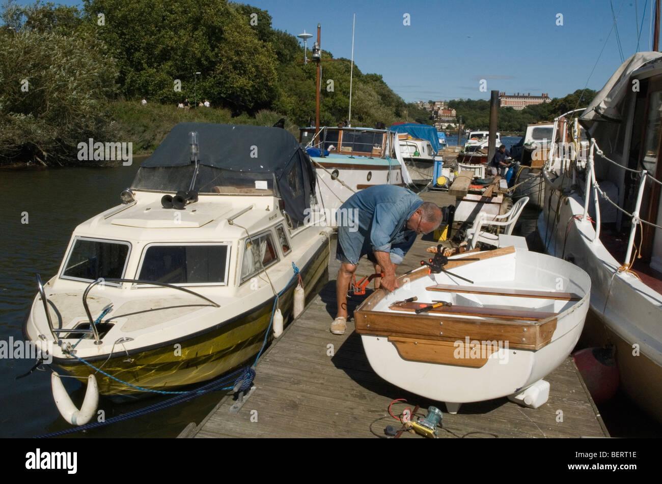L'uomo hobby River Thames Surrey UK HOMER SYKES Immagini Stock