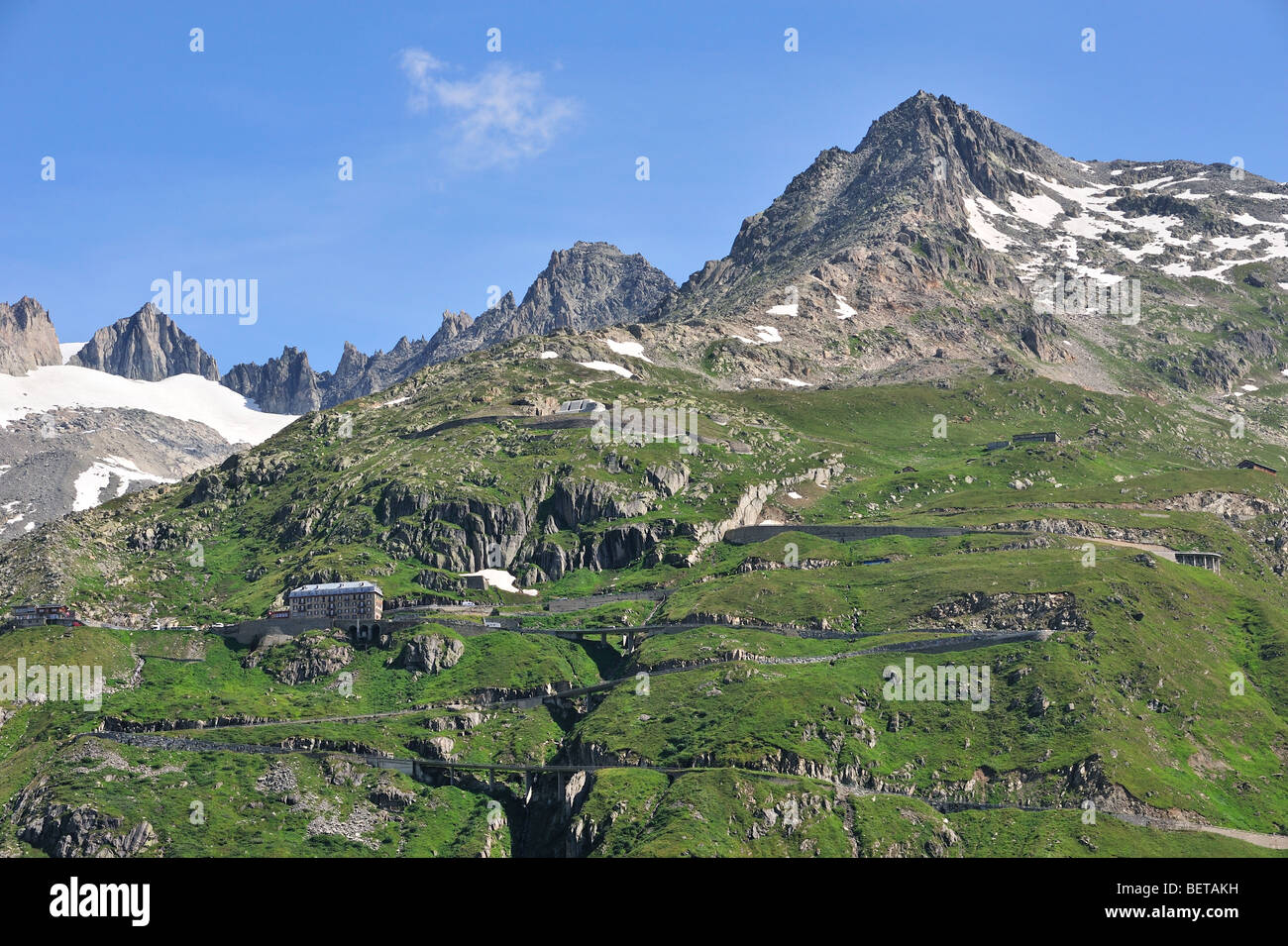 Strada tortuosa con tornanti oltre il Passo della Furka Pass nelle alpi svizzere, Svizzera Immagini Stock