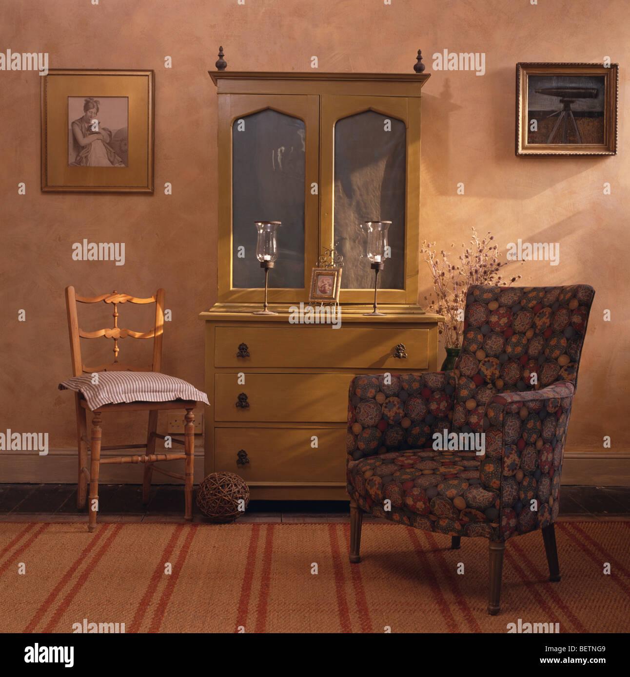 Decorazioni blu poltrona e vetrina armadio in cottage soggiorno con ...