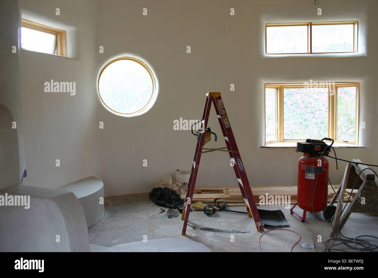 Fase finale di costruzione di una casa moderna, finestra rotonda ...