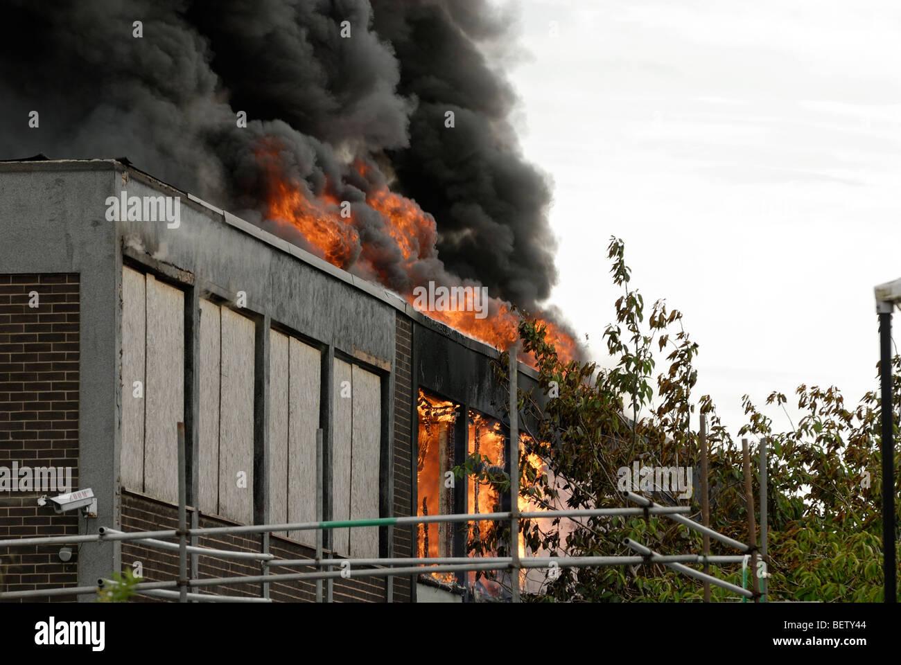 Ufficio In Fiamme : Blocco ufficio sul fuoco con le fiamme e il fumo proveniente dalle