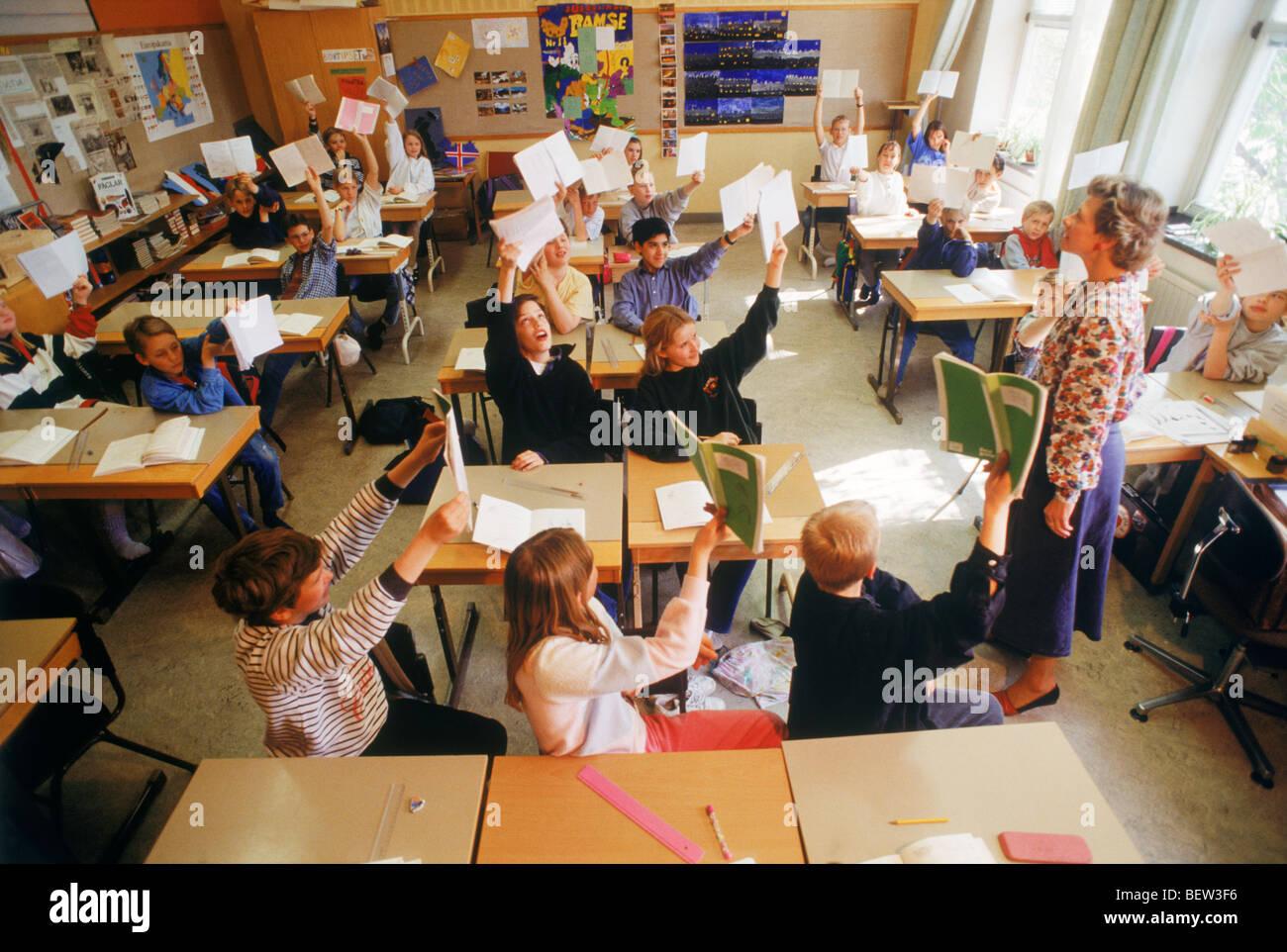 Scrivania Per Bambini Elementari : Scuola elementare i bambini seduti a scrivanie singole in aula