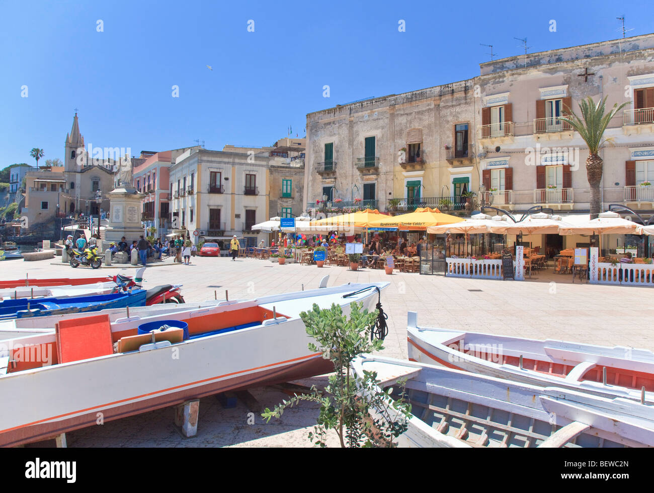Piazza del porto di Lipari, Italia Immagini Stock