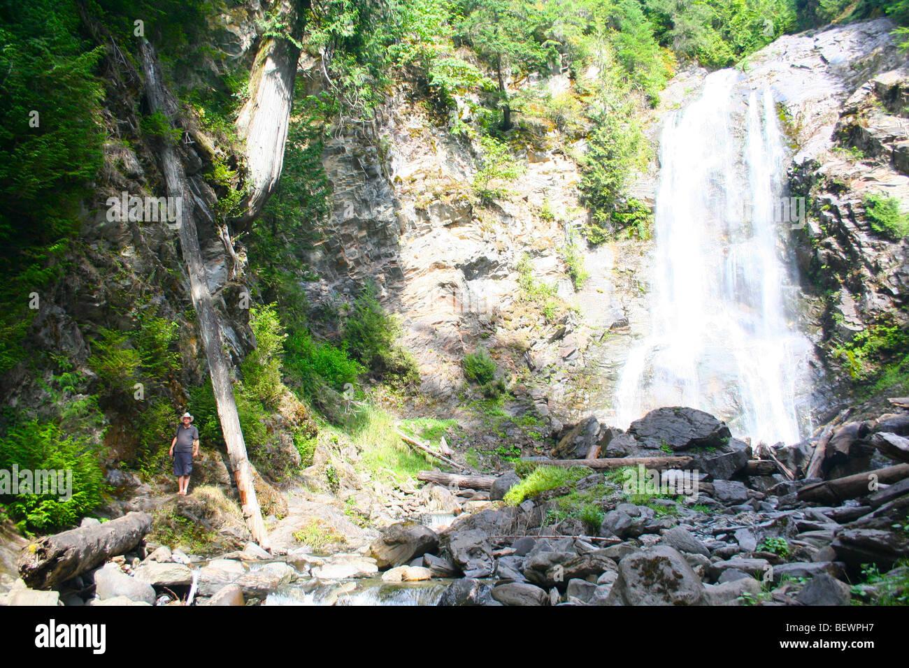 La cascata che si infrangono sulle rocce Foto Stock