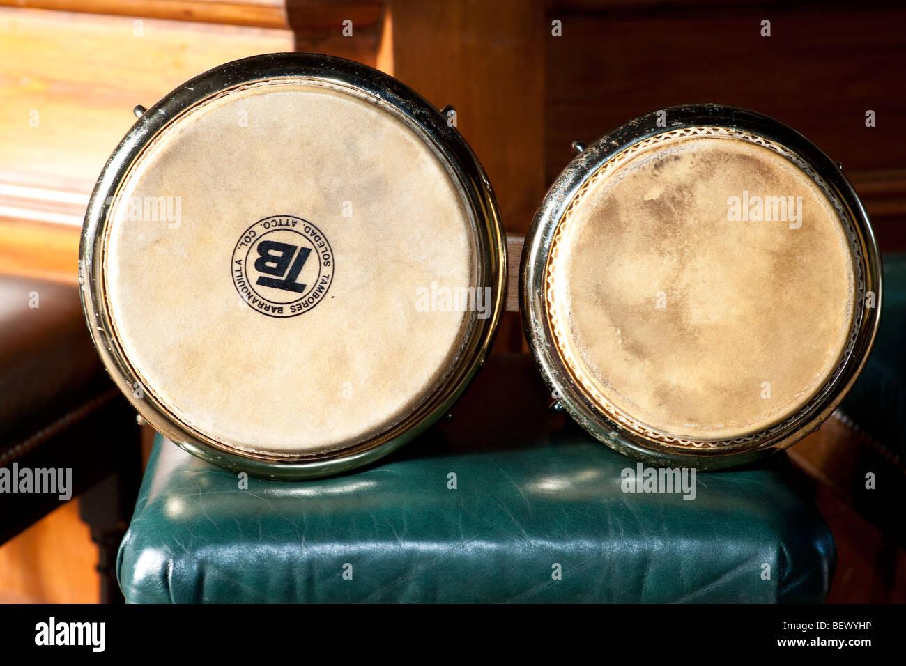 I tamburi di bongo seduto su uno sgabello per pianoforte foto