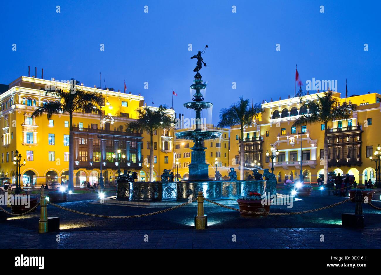 Fontana di bronzo, Municipio e Union Club in Plaza Mayor, precedentemente noto come Plaza de Armas, nel centro cittadino Immagini Stock