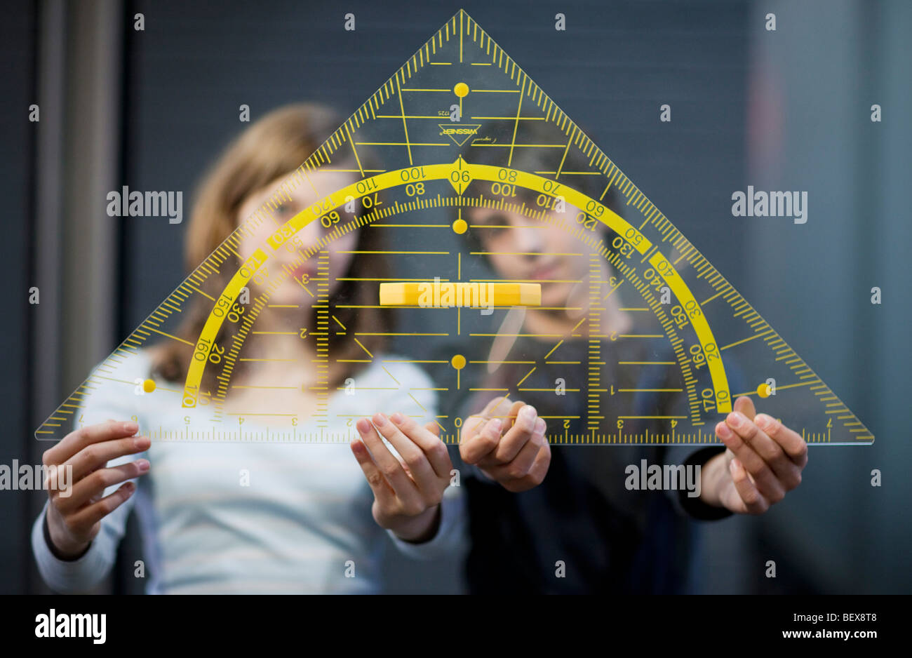 Gli studenti in possesso di un triangolo grande Immagini Stock