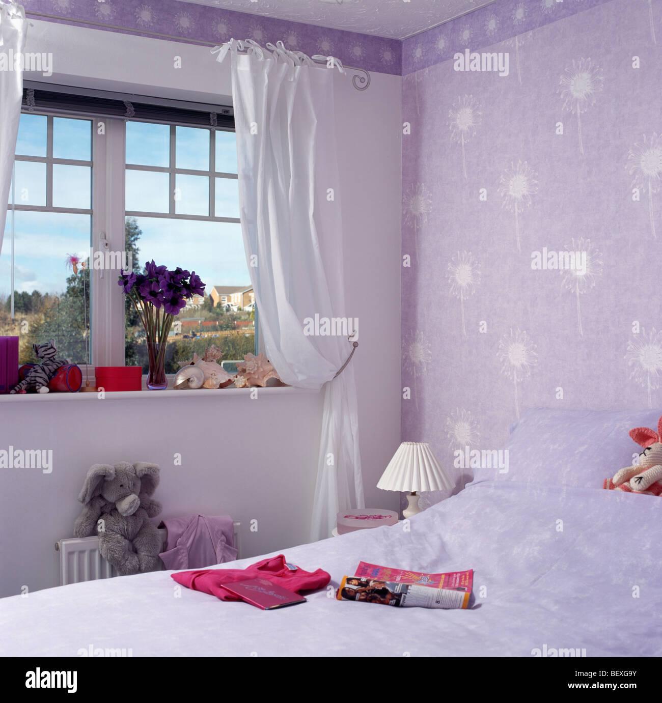 Tende bianche sulla finestra nel bambino la piccola economia ...
