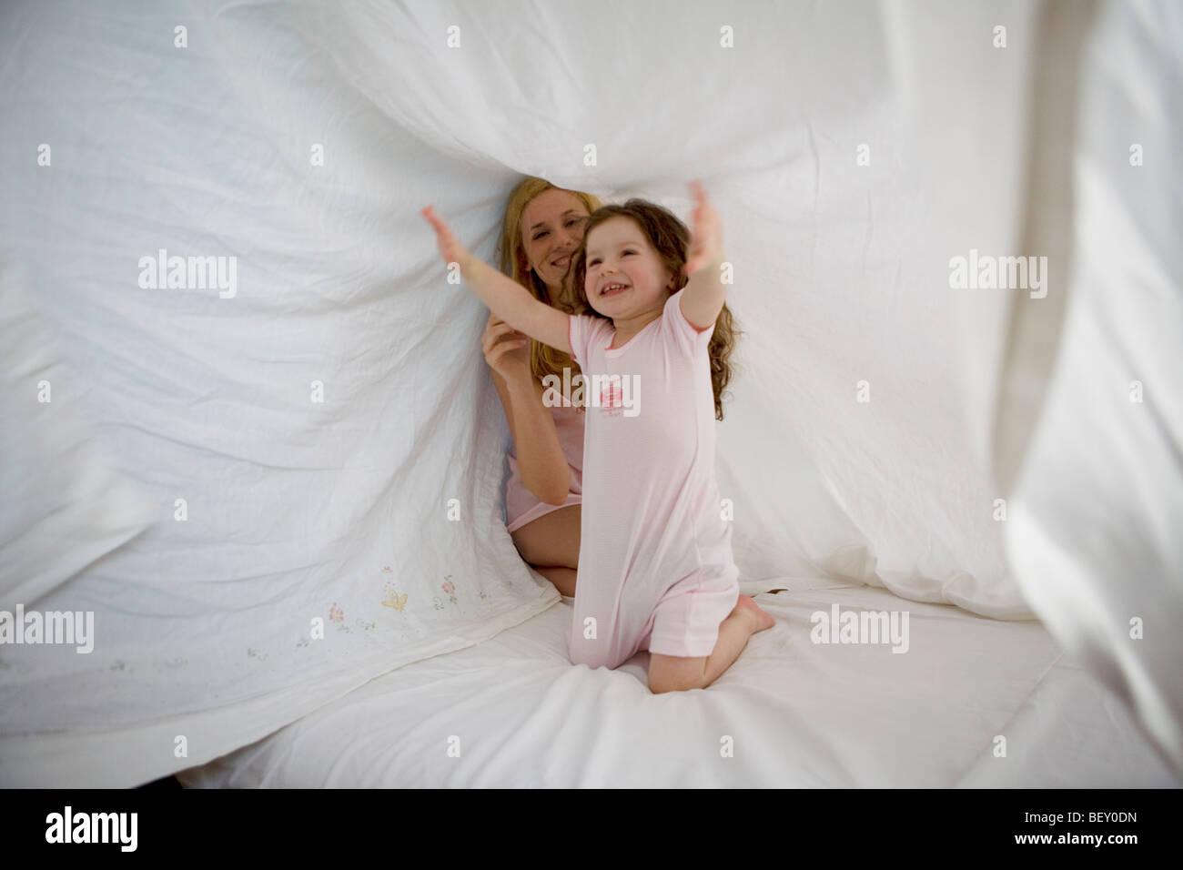 Madre e figlia giocando con il foglio Immagini Stock