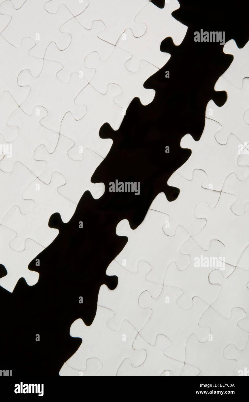 Puzzle con pezzi mancanti attraverso il centro Immagini Stock